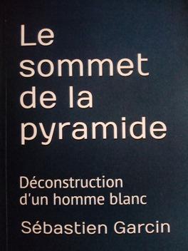 Couverture du livre : Le sommet de la pyramide Déconstruction d'un homme blanc