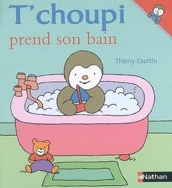 Couverture de T'choupi prend son bain